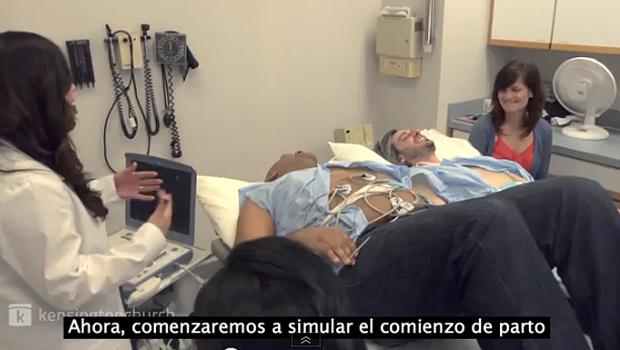 Dos hombres experimentan el dolor del parto