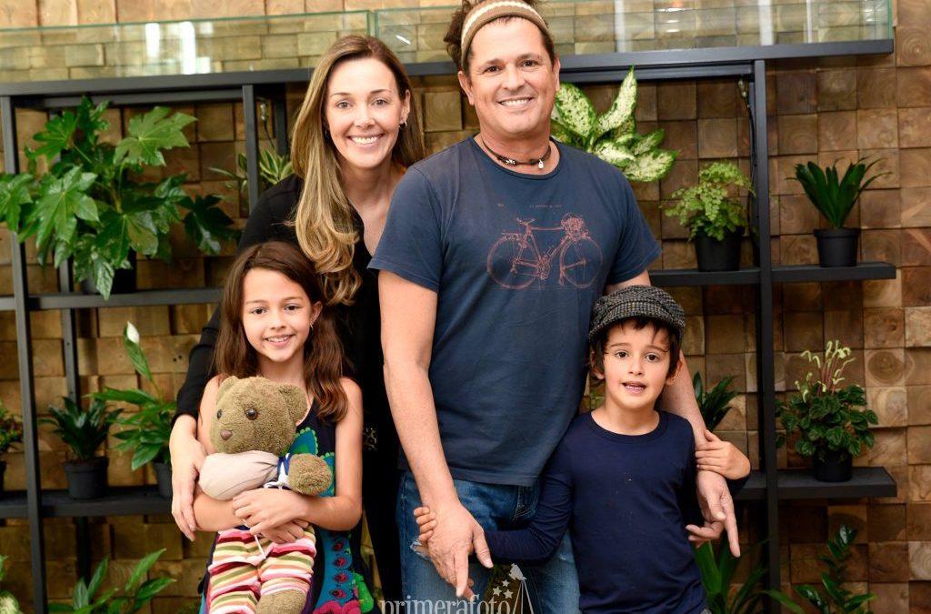 Carlos Vives y su familia en Primera Foto